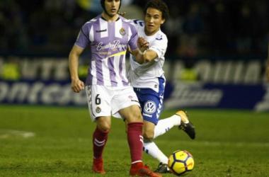 Luis Milla en una acción ante Luismi, futbolista del Valladolid. Foto vía: clubdeportivotenerife.es