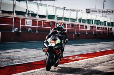 Bradley Smith sobre su Aprilia RS-GP en el circuito de Misano. Foto:motogp.com