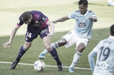Renato Tapia pugnando un balón con Rubén Alcaraz. | Foto: La Liga.