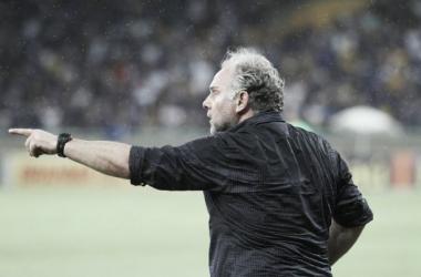 Mesmo com derrota, Toninho Cecílio elogia atuação do Criciúma diante do Cruzeiro