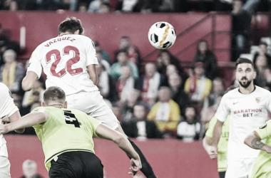 El Mudo Vázquez rematando ante el APOEL | Foto: Sevilla FC