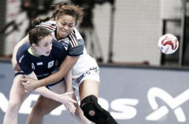 La Maga Crivelli en pleno ataque siendo agarrada (Foto: Confederación Argentina de Handball)
