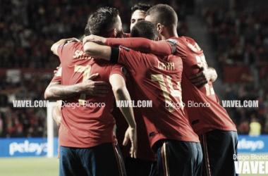 Los jugadores de la selección española celebran uno de los tantos / Foto: Diego Blanco. VAVEL