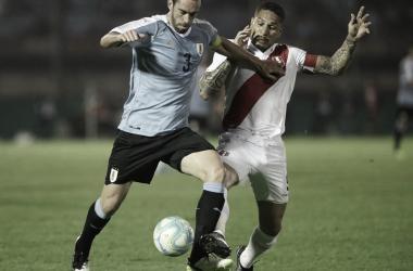 Paolo Guerrero disputando el balón con Diego Godín | Fotografía: FPF