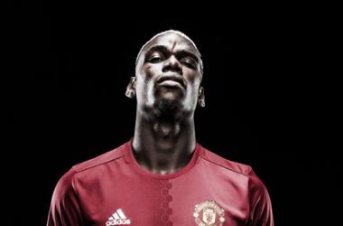 Paul Pogba posando con la camiseta del Manchester United. Fuente: manutd.com