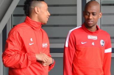 Coquelin (.esq) e Fernandes (.dir) já treinam juntos (Foto: Peter Disch/badische-zeitung.de)