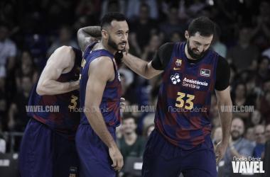 Los jugadores del Barcelona abrazando a Bolmaro (VAVEL)