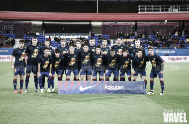 Los jugadores del Barça B posando con las camisetas del aniversario de La Masía. FOTO: Noelia Déniz