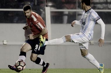 Gigliotti metiendo un pase ante la presencia del defensor de Atlético Tucuman.Foto: Web
