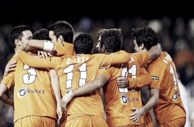 El equipo celebra el segundo gol de la Real en Mestalla, obra de Mikel González / Foto: Real Sociedad