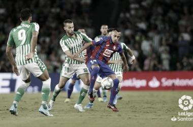 Orellana y Canales disputando un balón | Fotografía: LaLiga