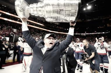 Barry Trotz alzando la Copa Stanley | Foto: CBC.ca