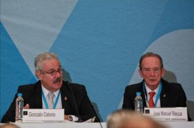 Gonzalo Celorio, presidente de la AML, y José Manuel Blecua, director de la RAE, en la Feria Internacional del Libro (Foto:es.finance.yahoo.com)