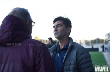 José Aurelio Gay, técnico del RCD Espanyol B, hablando con Miguel Álvarez Jurado, entrenador del Villarreal B. FOTO: Noelia Déniz