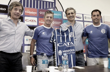 TRANQUILO. Chapini(izquierda),Sciacqua y Mansur, acompañado de Besada. Foto: Twitter Godoy Cruz