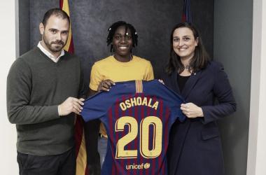 Asisat Oshoala junto a Markel Zubizarreta y Maria Teixidor | Foto del Fútbol Club Barcelona en Twitter (@FCBfemeni)