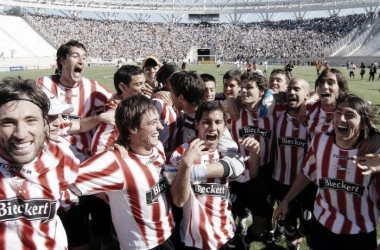 Jugadores de Estudiantes festejando el 7A0 luego del partido. | Foto: Olé