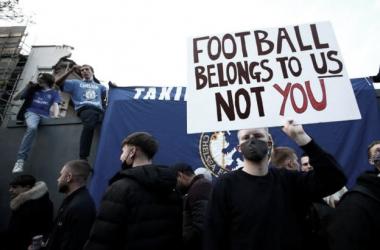 Los aficionados del Chelsea protestando por la adhesión del club a la Superliga / FOTO: Reuters