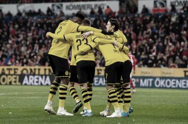 Dortmund goleia Mainz 05 e encosta na liderança da Bundesliga
