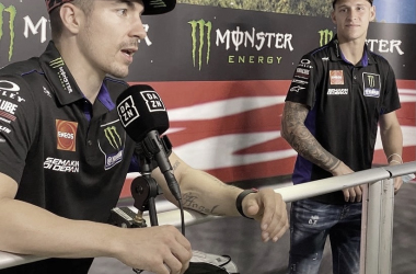 Viñales y Quartararo en la sala de prensa del Circuit de Barcelona-Catalunya. Via @yamahamotogp IG