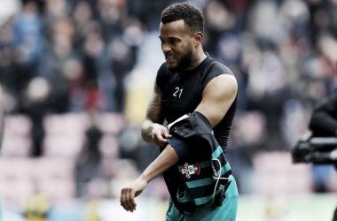 Bertrand saiu da partida contra o Wigan com dores nas costas (Foto:Matt Watson/Southampton)