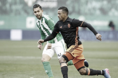 Lance de un partido entre Real Betis y Valencia en el Benito Villamarín / Fotografía: LaLiga