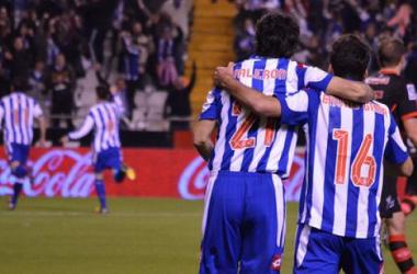 Foto: Valerón abrazado a otro ex del Deportivo, Bruno Gama, en la victoria la pasada campaña ante el Celta de Vigo. (Nando Martínez | VAVEL)