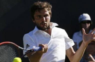 Simon returns Almagro's serve. (Photo Courtesy: Reuters)