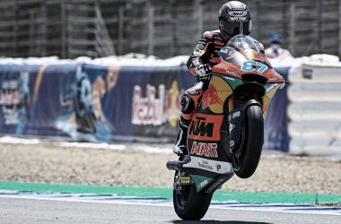 Remy Gardner haciendo un caballito / Fuente: MotoGP