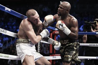 Maywheather golpea a McGregor. Foto:ufcespanol.com