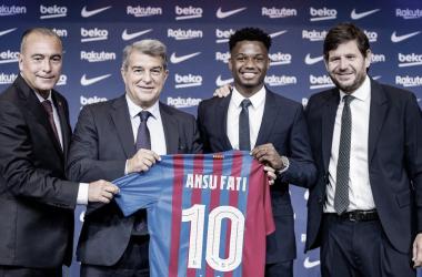 Ansu Fati posando con Joan Laporta y su directiva. | Foto: FC Barcelona