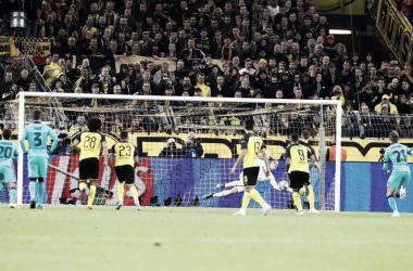 Marc-André ter Stegen deteniendo el penalti lanzado por Marco Reus | Foto del Fútbol Club Barcelona (@FCBarcelona_es en Twitter)
