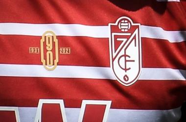 El logo del 90 aniversario del Granada CF en la camiseta del equipo | Foto: ALJ