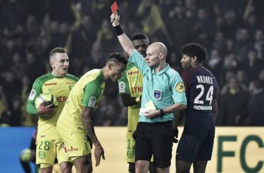 Árbitro que agrediu zagueiro brasileiro do Nantes é suspenso por três meses