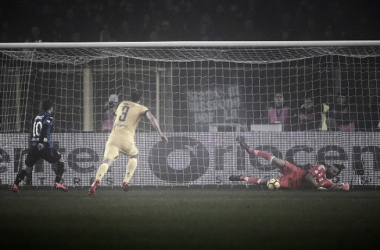 Papu Gómez parou em Buffon (Foto: Marco Bertorello/AFP)