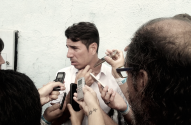 El DT de Temperley respondiendo preguntas despues del partido ante Velez. Foto: VAVEL.
