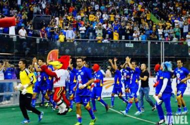 Los jugadores del Flash festejando la victoria.