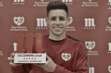 Álex Moreno posando con el Premio 5 Estrellas | Fotografía: Rayo Vallecano S.A.D.