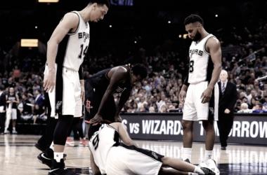 Tony Parker cayó lesionado en el segundo partido de la serie frente a Houston Rockets. Foto: Ronald Martinez
