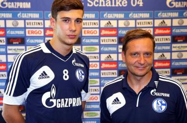 Goretzka (.esq) usará a camisa 8 no novo clube (Foto: Facebook/FC Schalke 04)