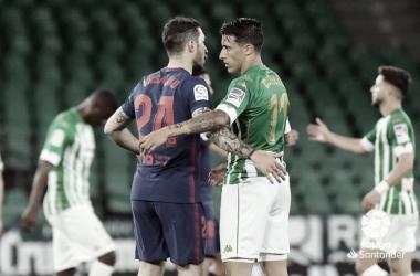 Tello y Vrsaljko dándose la mano al final del encuentro | Foto: La Liga