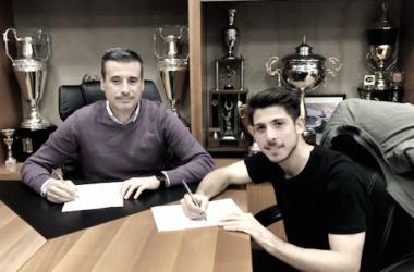 Raúl Navarro en la firma de su renovación / Foto: realvalladolid.es
