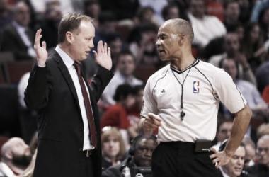 Budenholzer hablando con un árbitro durante un partido. (FOTO: Yahoo.com)