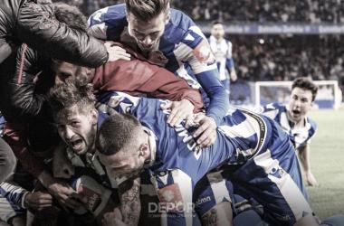 La plantilla festeja el gol de Carlos en el tiempo de descuento // RCDeportivo