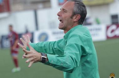 Juan Fidalgo dando instrucciones en su último partido en el banquillo caudalista | Imagen: Victor Paniagua - Caudal Deportivo