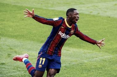 Ousmane Dembélé celebrando el primer gol conseguido ante el Sevilla en el partido correspondiente a la jornada 25 de LaLiga Santander | Foto del Fútbol Club Barcelona en Twitter (@FCBarcelona_es)