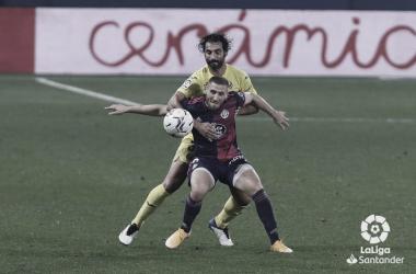 Weissman intenta mantener el balón ante la presión de Albiol | LaLiga