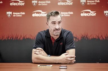 El actualmente entrenador berciano en rueda de prensa con el Baracaldo CF/ Fto: barakaldocf.com