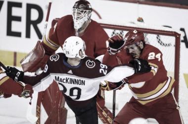 MacKinnon destrozó a la defensa de los Flames (thestar.com)