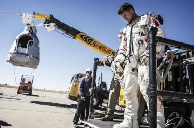 El fuerte viento impide el despegue hacia la estratosfera de Felix Baumgartner